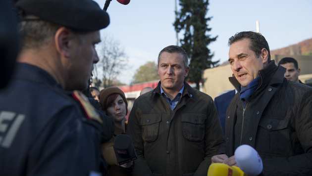 Parteichef Heinz-Christian Strache mit FP-Mann Mario Kunasek in Spielfeld (Bild: APA/ERWIN SCHERIAU)