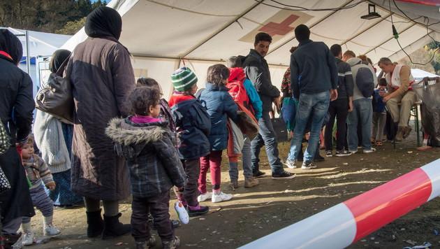 """""""Zäune dienen zum Schutz der Flüchtlinge"""" (Bild: APA/EPA/PETER KNEFFEL)"""