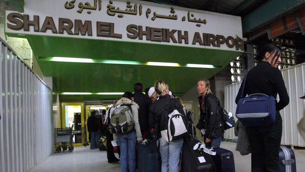 Auch Hunderte Österreicher auf Urlaub am Sinai (Bild: APA/EPA/MIKE NELSON)