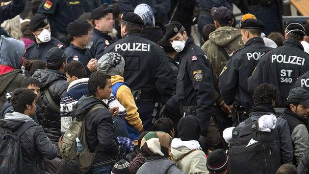 Asylkrise: Stimmung bei Polizei am Siedepunkt (Bild: APA/ERWIN SCHERIAU)