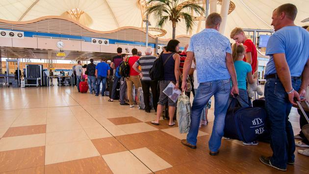 Touristen am Flughafen von Sharm el-Sheikh (Bild: AP)