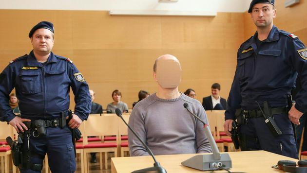 Der 46-jährige Täter beim Geschworenenprozess am Landesgericht in Wels (Bild: APA/MATTHIAS LAUBER)