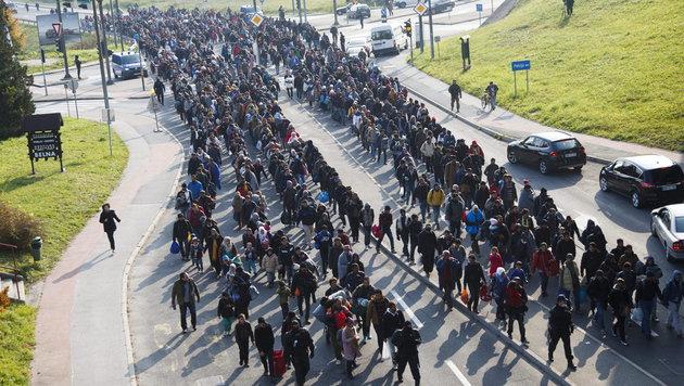 Flüchtlinge auf ihrem Weg über die slowenische Grenze nach Österreich (Bild: APA/EPA/GYORGY VARGA)