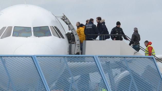 Abschiebung aus Deutschland: Fl�chtlinge werden von Polizisten in ein Flugzeug eskortiert. (Bild: APA/EPA/PATRICK SEEGER)