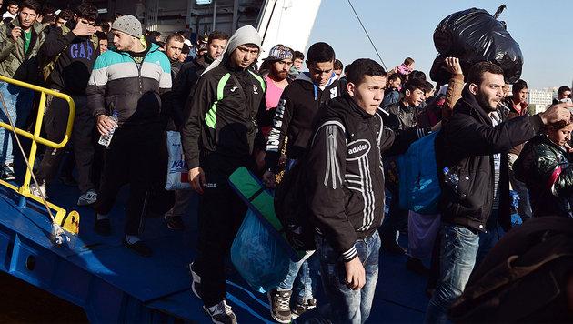Migranten verlassen eine Fähre in Piräus. (Bild: AFP)