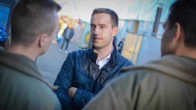 Stefan Schnöll erkundigt sich bei Grundwehrdienern über die Lage. (Bild: Arno Melicharek/JVP)