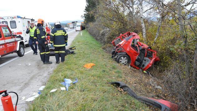 Lkw rammt Auto - Studentin (24) schwerst verletzt (Bild: Einsatzdoku.at)