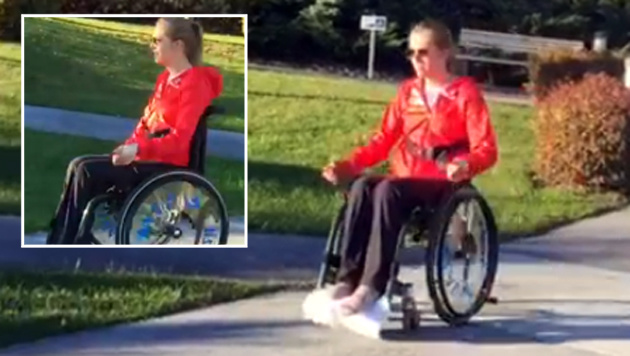Grünberg fährt selbstständig mit dem Rollstuhl (Bild: Facebook.com)