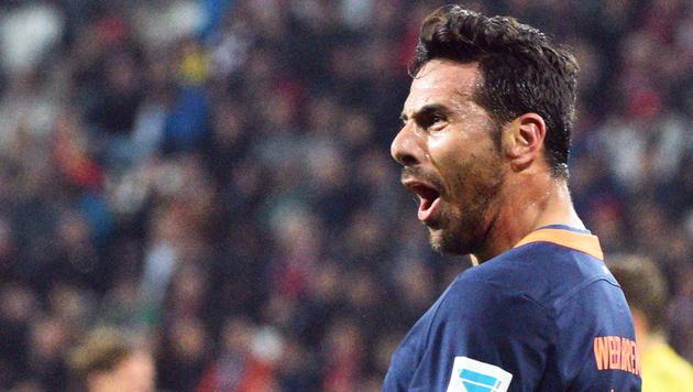 Pizarro schießt Augsburg noch tiefer in die Krise (Bild: APA/EPA/STEFAN PUCHNER)