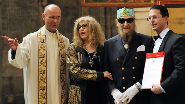 Ernst Fuchs und Uta Saabel im Bild mit Dompfarrer Toni Faber und Adrian Hollaender im Stephansdom (Bild: APA/ANDREAS PESSENLEHNER)