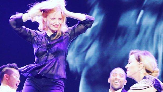 """""""Marsianer""""-Star Jessica Chastain mit Madonna bei deren Prag-Gig auf der Bühne. (Bild: Viennareport)"""