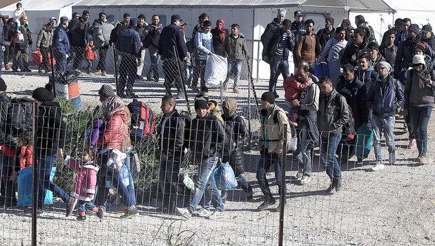 6 wichtige Fragen zur Flüchtlingskrise (Bild: APA/EPA/SIMELA PANTZARTZI)