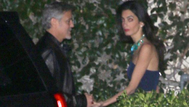 George Clooney hält die Hand seiner schönen Frau. (Bild: Viennareport)