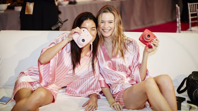 Lily Aldridge und Behati Prinsloo backstage (Bild: Viennareport)