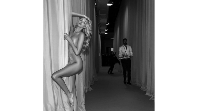 Sehr heiß! Backstage ließ Elsa Hosk einfach mal die Hüllen fallen. (Bild: Viennareport)