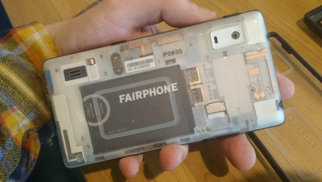Die transparente Rückseite gewährt Einblicke ins Innenleben. Hier zu sehen: Akku und zwei SIM-Slots. (Bild: Dominik Erlinger)