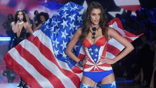 "Model-Engel Taylor Hill am Catwalk der Victoria""s-Secret-Show 2015 (Bild: AFP)"
