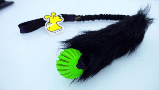 4. Preis: Ball und Schaf-Fell mit Ruckdämpfer für kräftige Zerrspiele von Tug-e (Bild: Tug-e)