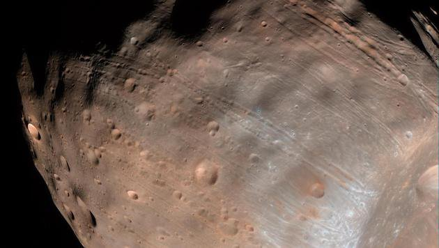 Furchen auf dem Marsmond Phobos (Bild: NASA/JPL-Caltech/University of Arizona)