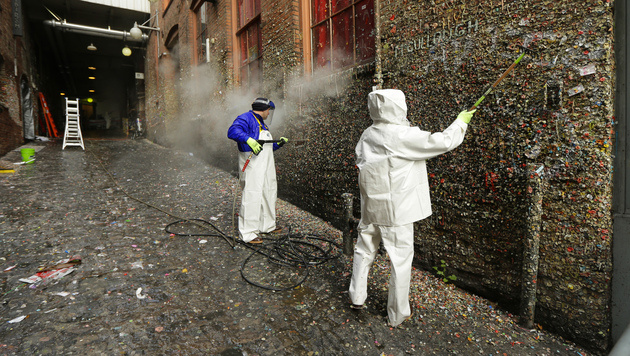 An dieser Wand picken über eine Million Kaugummis (Bild: AP)
