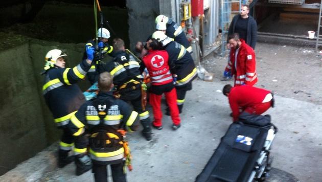Ein sogenannter MRAS-Trupp der Feuerwehr rettete den Arbeiter aus dem Lagerschacht. (Bild: FF Klein St. Paul)