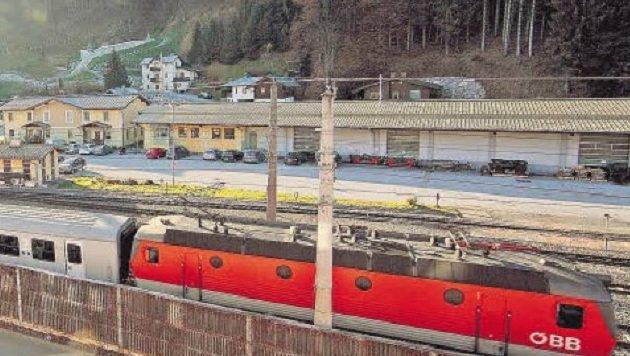 Bahnhofsbereich beim Tischlerhäusl: Ein Verkehrsknotenpunkt mit Schranken. (Bild: Niki Faistauer)