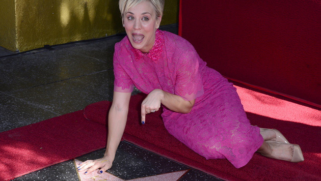 "Kaley Cuoco mit ihrem Stern am ""Walk of Fame"" (Bild: APA/EPA/MICHAEL NELSON)"