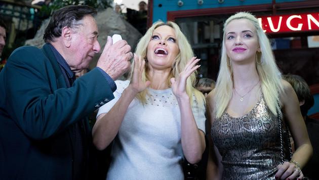 Schauspielerin Pamela Anderson mit Richard Lugner und seine Frau Cathy (re.). (Bild: APA/GEORG HOCHMUTH)