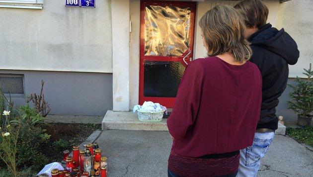 Am Tatort in Waidmannsdorf wurden Kerzen aufgestellt. (Bild: Christian Rosenzopf)