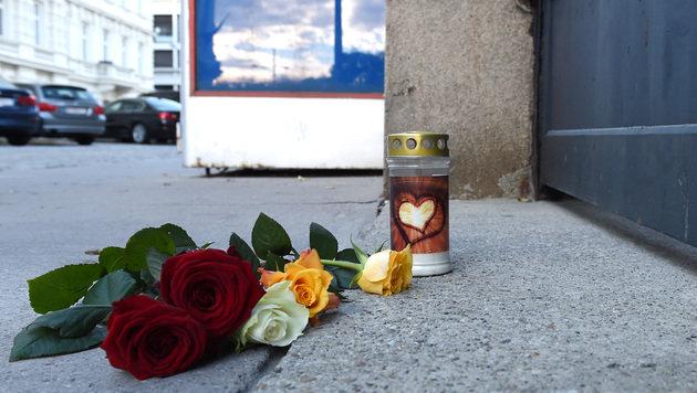 Blumen und eine Kerze vor der französischen Botschaft (Bild: APA/HERBERT P. OCZERET)