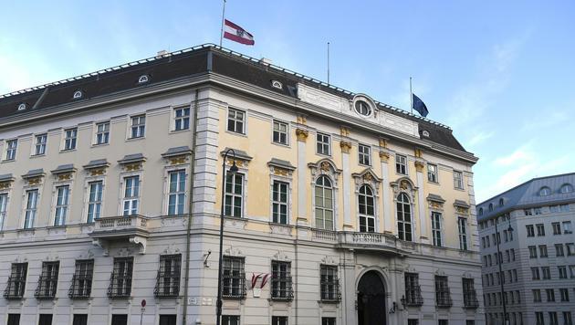 Die auf halbmast wehende Flaggen am Dach des Bundeskanzleramts (Bild: APA/HELMUT FOHRINGER)