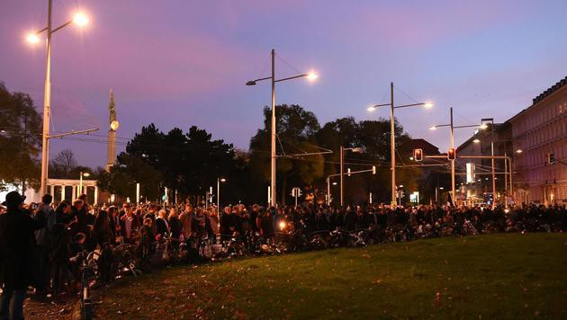 Kardinal und 600 Menschen bei Mahnwache in Wien (Bild: APA/HERBERT P. OCZERET)
