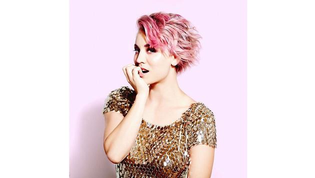 Sehr fesch! Kaley Cuoco mit ihrem rosaroten Lockenkopf (Bild: Viennareport)