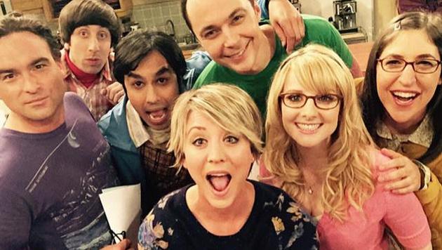 "Kaley Cuoco mit ihren ""Big Bang Theory""-Kollegen (Bild: twitter.com/kaleycuoco)"