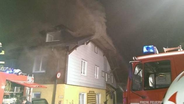 Das Feuer breitete sich  bis hin zum Dachstuhl aus. 150 Einsatzkräfte waren damals vor Ort. (Bild: FF St. Gilgen)