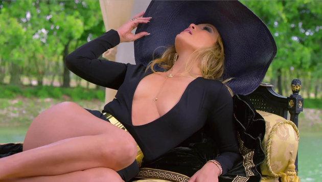 """Jennifer Lopez rekelt sich in ihrem Musik-Video """"Back It Up"""". (Bild: Viennareport)"""
