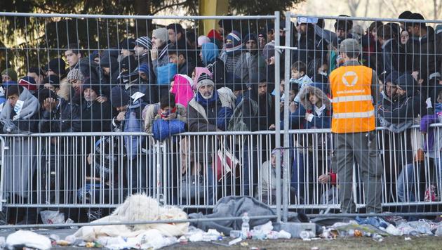 Spielfeld: Raufereien zwischen Flüchtlingen (Bild: APA/EPA/GYORGY VARGA)