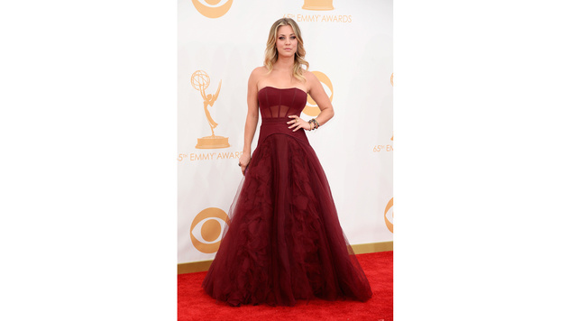 Kaley Cuoco in einem roten Traumkleid am roten Teppich der Emmy-Awards (Bild: AP)