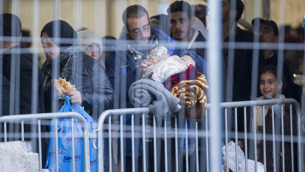 Spielfeld: Raufereien zwischen Flüchtlingen (Bild: APA/ERWIN SCHERIAU)