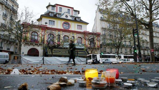 Kerzen vor dem Bataclan erinnern an die schreckliche Tat. (Bild: APA/AFP/PATRICK KOVARIK)