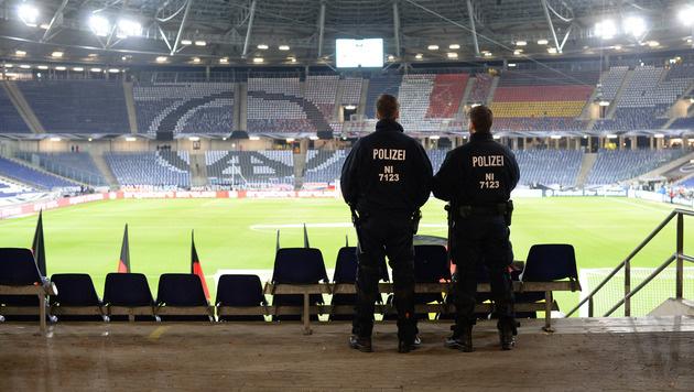 Polizisten im leeren Stadion von Hannover (Bild: AP)
