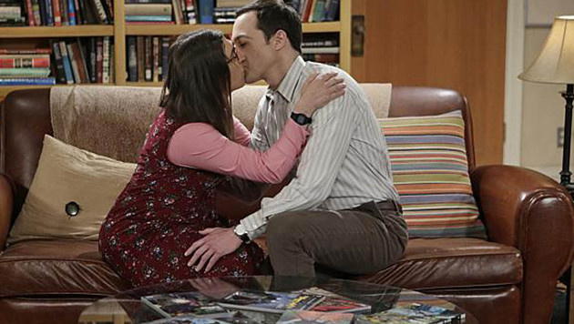 Amy und Sheldon küssen sich im Finale der 8. Staffel. (Bild: Viennareport)