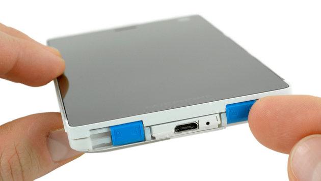 Um ins Innere des Fairphones zu gelangen, muss man nur diese Plastikklammern lösen. (Bild: ifixit.com)