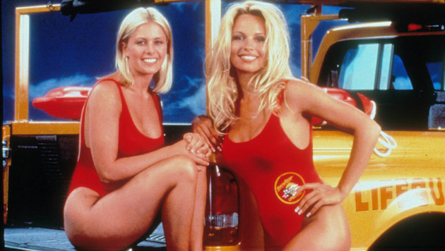 """Nicole Eggert und Pamela Anderson als Summer und CJ in der 90er-Jahre-Serie """"Baywatch"""" (Bild: Moviestore Collection/face to fa)"""