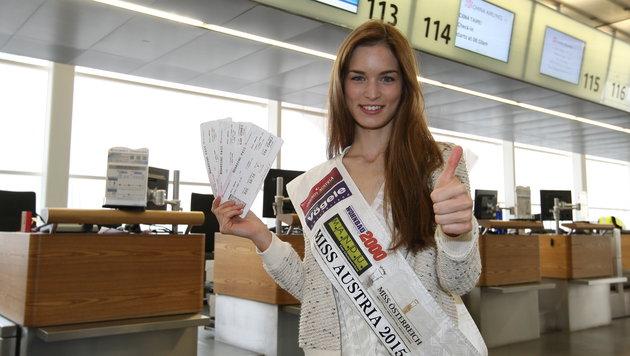 """Vier Wochen lang bleibt die """"Miss Austria"""" in China. Hier mit ihren Flugtickets am Flughafen Wien. (Bild: MAC)"""