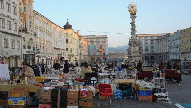 Auf 15 Märkten, wie dem Flohmarkt (o.), sollen Aufsichtsorgane krumme Geschäfte gemacht haben (Bild: Kronen Zeitung/ Chris Koller)