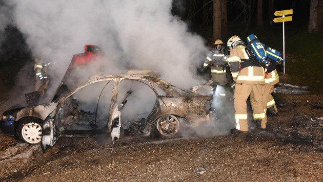 Der schrottreife Audi brannte auf dem Forstweg zur Alm völlig aus. (Bild: Zeitungsfoto.at)