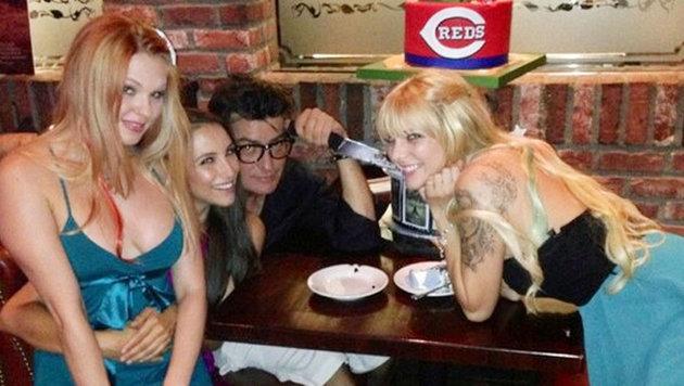Charlie Sheen beim Feiern mit drei Mädels (Bild: Viennareport)