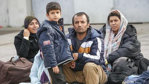 Weiter starker Zustrom nach Liefering: Donnerstagabend wurden weitere 340 Flüchtlinge angekündigt. (Bild: Markus Tschepp)
