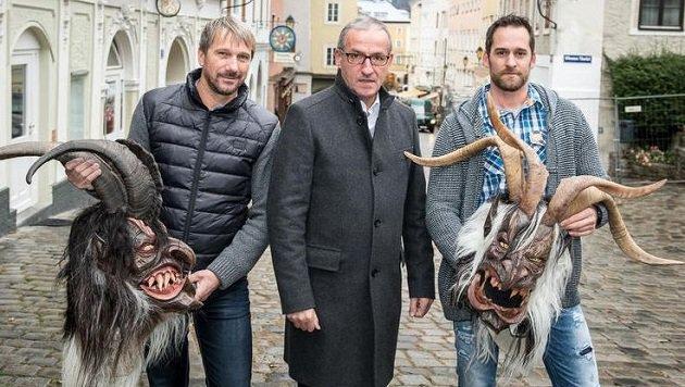 Masken bleiben herunten: Igonta Pass-Obmann Wörz, Bürgermeister Anzengruber, Kassier Kummerer (Bild: Adi Aschauer)